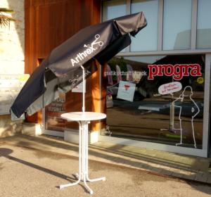 progra - Bedruckter Sonnenschirm mit Stehtisch